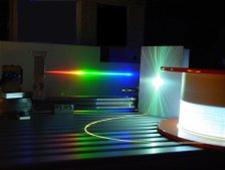 Lumière supercontinuum générée par les effets non linéaires dans une fibre optique à cristal photonique à l'aide d'un laser